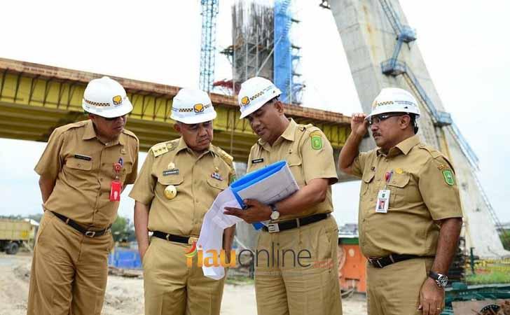 Gubernur Riau Andi Rachman meninjau pembangunna proyek di Riau.