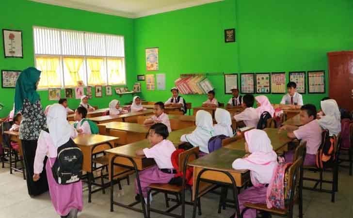 Anak-anak Imigran Belajar di Kelas