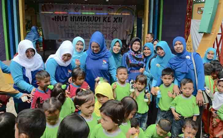 Bunda PAUD Riau dengan Anak-anak PAUD