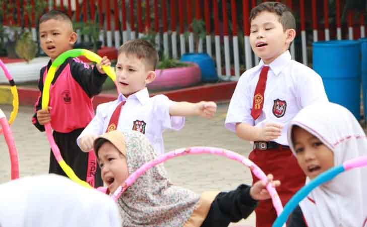 Anak-anak Imigran IKut Upacara Bendera di Sekolah