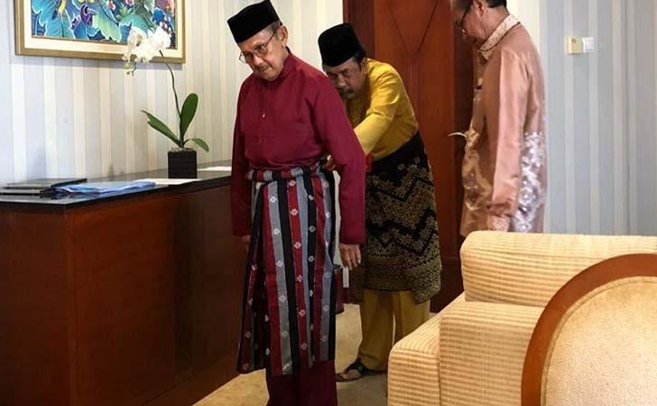 BJ Habibie Kenakan Pakaian Melayu