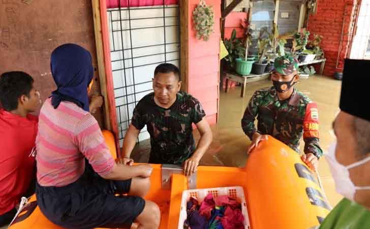 Bantu Evakuasi Warga