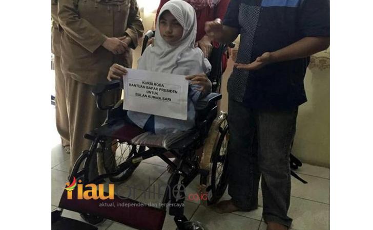 Bulan terima kursi roda dari Jokowi