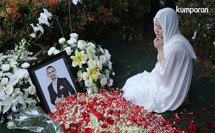 Bunga Citra Lestari berdoa disamping makam Ashraf Sinclair di San Diego Hills