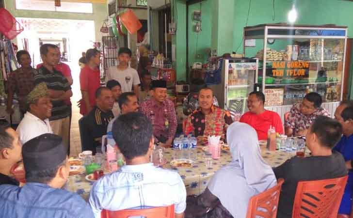 Bupati Siak Syamsuar Makan Lontong dengan Warga dan Pedagang