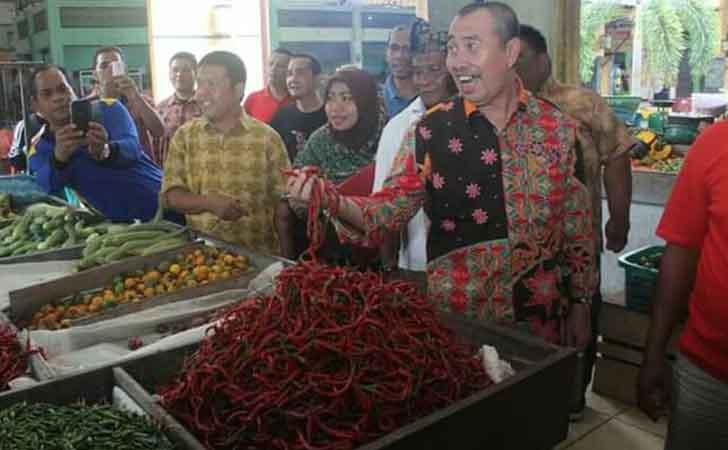 Bupati Siak Syamsuar mengecek harga cabai merah