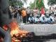 Mahasiswa Unri demo dengan bakar ban