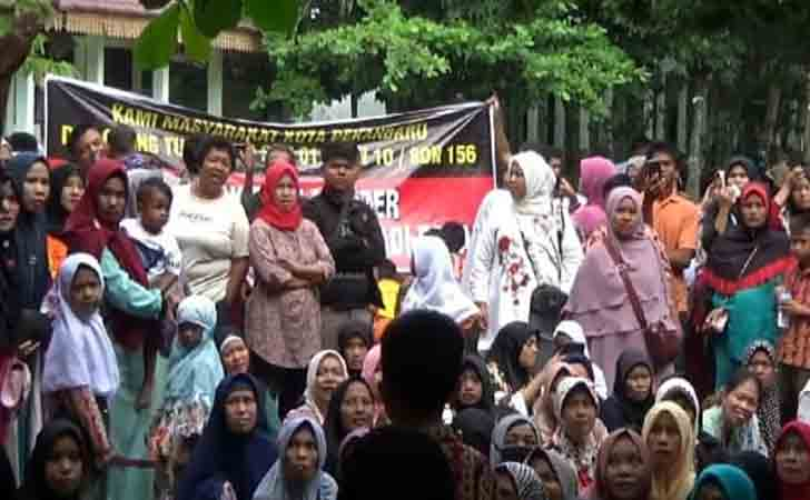 Demo Wali Murid Tolak Merger