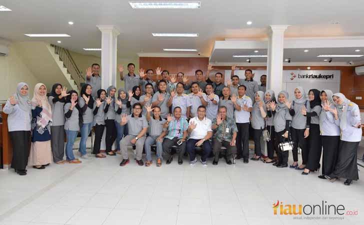 Dirut Bank Riau Kepri Irvandi Gustari Berfoto Bersama