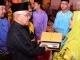 Gubernur Riau Serahkan Hadiah