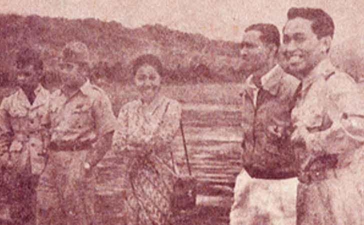 Halim Perdanakusumah di depan pesawat Avro Anson