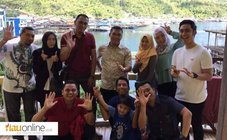 Dirut Bank Riau Kepri Irvandi Gustari Foto Bersama Karyawan di Tarempa, Anambas
