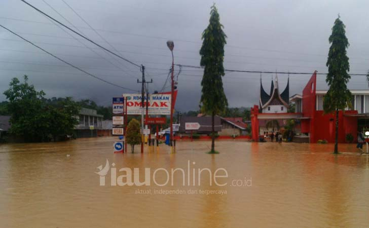 Banjir Tenggelamkan Jalan Lintas Sumbar-Riau