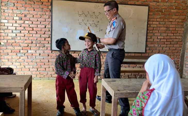 Kapolda Riau dan Candaan Murid SD
