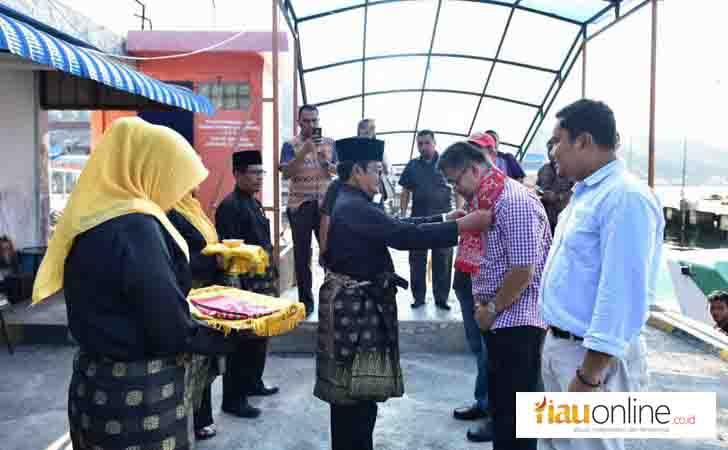 Dirut Bank Riau Kepri Terima Syal dari Ketua LAM Anambas