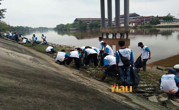 Pemko dan BEM UR Bersihkan sungai