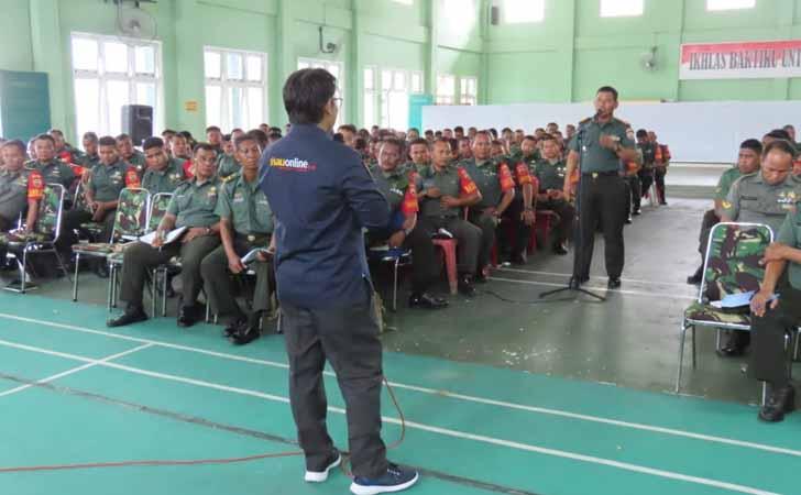 Pemred RiauOnline Beri Materi Jurnalistik