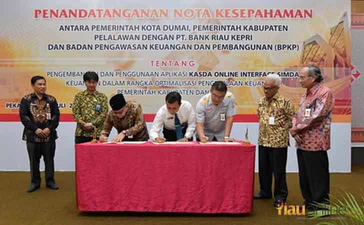 Penandatangan MoU Bank Riau Kepri dengan Pemda