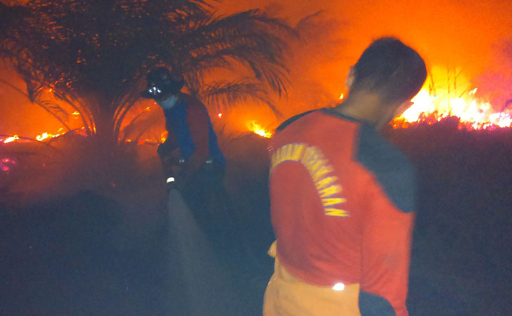 Pemadaman Api di Lahan Gambut yang terbakar