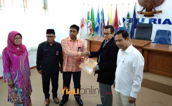 Penyerahan Hasil Tes Kesehatan oleh KPU Riau