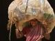 Perempuan India dengan Sampah Plastik