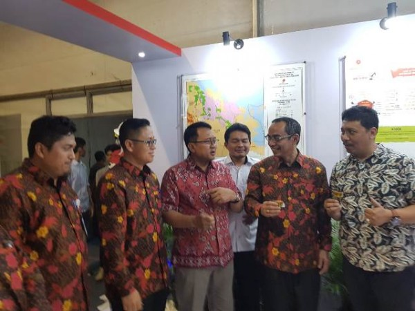 Deputi Dukungan Bisnis SKK Migas Muhammad Atok Urrahman , Perwakilan SKK Migas Sumbagut dan Manajemen KKKS di Wilayah Riau saat mengunjungi Stan SKK Migas dalam Pameran Pekanbaru Raya Fair & Expo tahun 2018