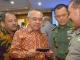 Plt Gubernur Riau membaca SMS yang diterima langsung oleh Kapolri berisikan dampak asap