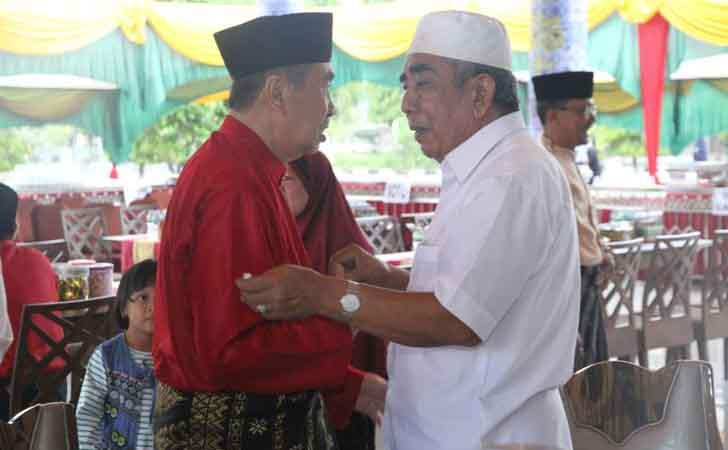 Bupati Siak, Syamsuar, ngobrol dengan Arwin AS