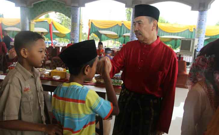 Anak-anak Salaman dengan Bupati Siak, Syamsuar