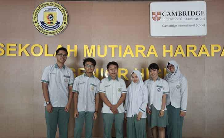Siswa SMA Mutiara Harapan