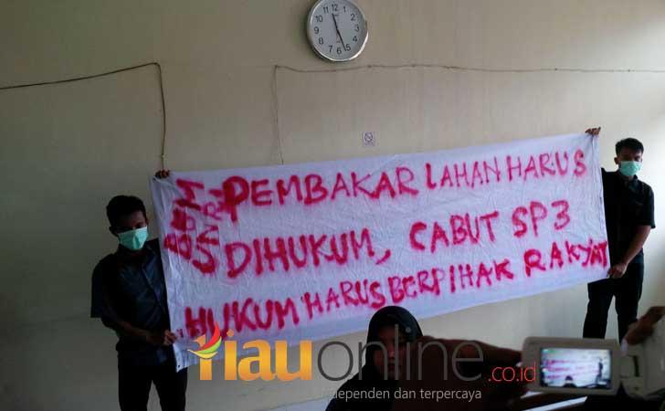 Spanduk Dukungan Praperadilan Walhi di Riau PN Pekanbaru