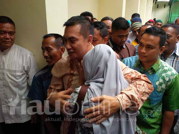 Pendukung Suparman Nangis Usai Dituntut Jaksa KPK