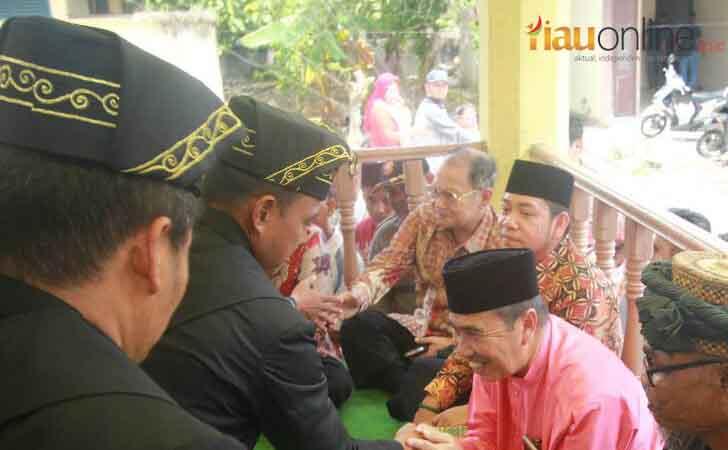 Bupati Syamsuar Hadiri Malewakan Gelar Datuk