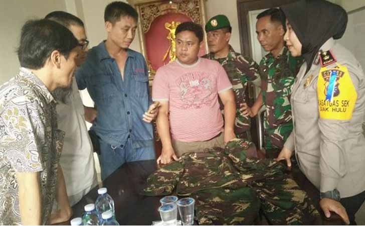 WN China bekerja dan berbelanja dengan seragam mirip TNI