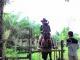 Seorang pengunjung mencoba berkuda didampingi ahlinya.