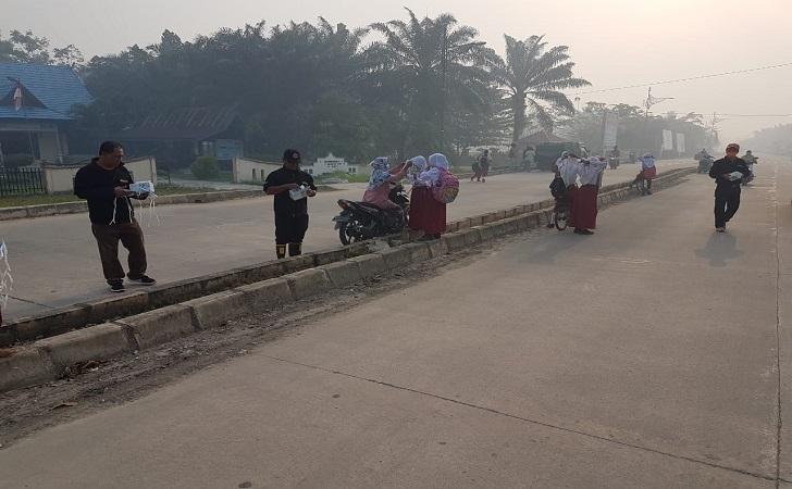 Bag-bagi masker di Pulau Rupat