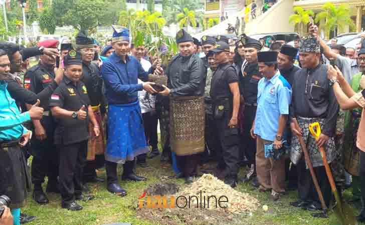 Agus-Harimurti-Yudhoyono-Tanam-Pohon-Durian.jpg