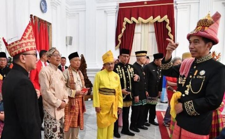 BJ-Habibie-berbusana-Melayu.jpg
