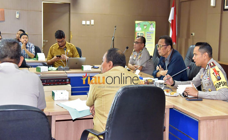 BUPATI-Kampar-Azis-Zaenal-memimpin-rapat.jpg