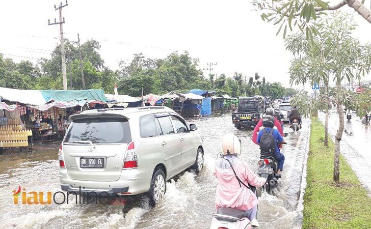 Banjir-di-HR-Soebrantas.jpg