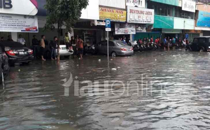 Banjir-di-Jalan-Jenderal-Sudirman-Pekanbaru.jpg