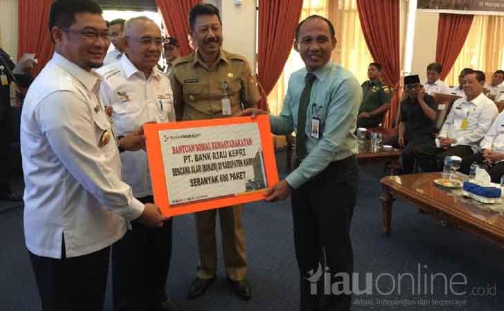 Bank-Riau-Kepri-Serahkan-Bantuan-Banjir.jpg