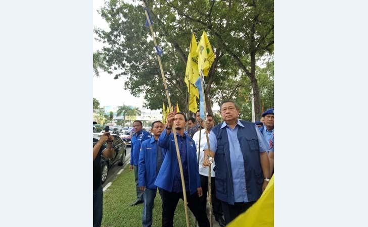 Bendera-Demokrat-Dirusak.jpg