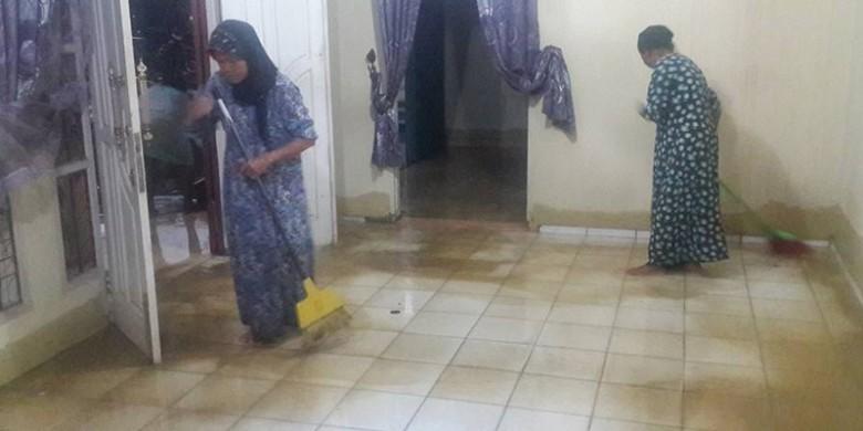 Bersihkan-Rumah-Usai-Terendam-Banjir.jpg
