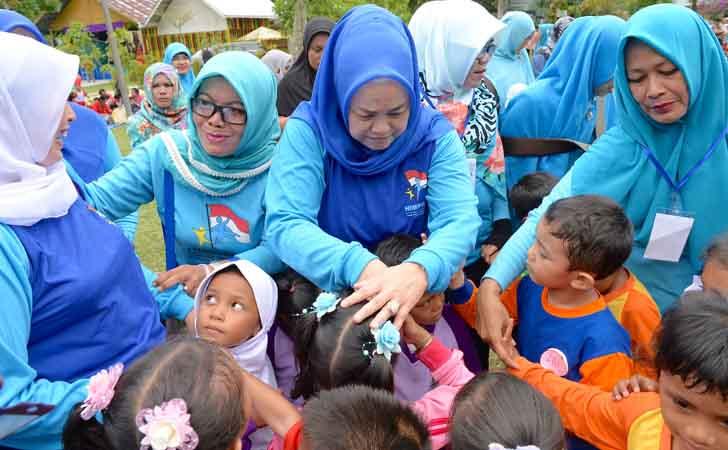 Bunda-PAUD-Riau-dengan-Anak-anak.jpg