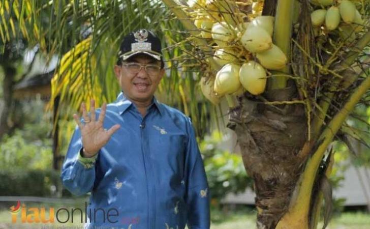 Bupati-Inhil-dan-salam-kelapa.jpg