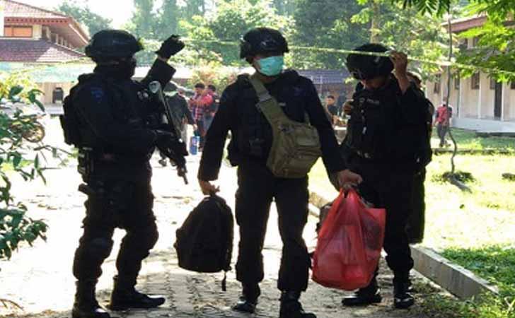 Densus-88-Sita-Barang-Bukti-dari-Kampus-Universitas-Riau.jpg