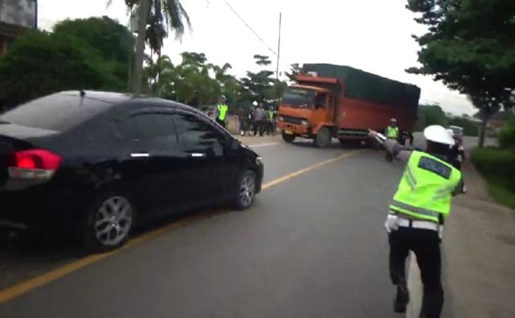 Detik-detik-aksi-kejar-kejaran-polisi-dengan-pengendara-mobil.jpg