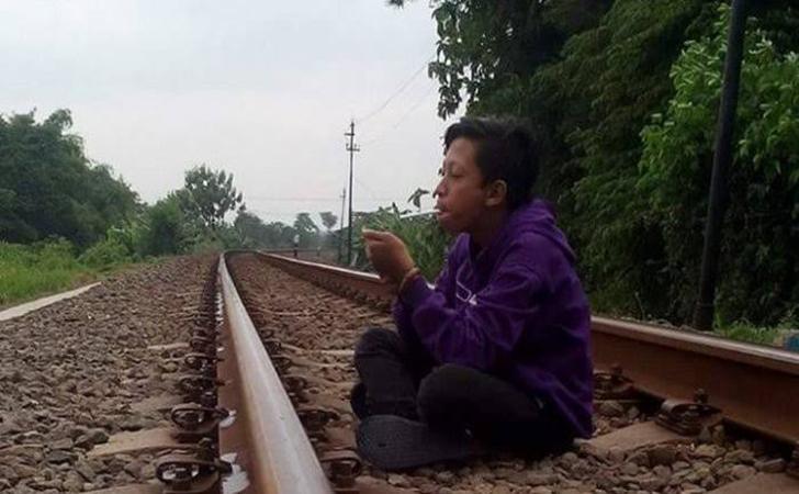 Duduk-santai-di-rel-kereta-api.jpg