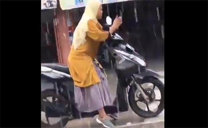 Emak-emak-main-hape-hujan-hujan.jpg